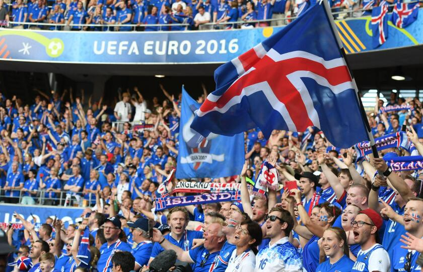 Nice, France. 27th June, 2016. Fans of Iceland cheer before the Euro 2016 round of 16 football match between England and Iceland in Nice, France, June 27, 2016. © Guo Yong/Xinhua/Alamy Live News