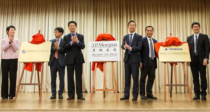 Shanghai Vice Mayor Wu Qing and J.P. Morgan China CEO Mark Leung _780