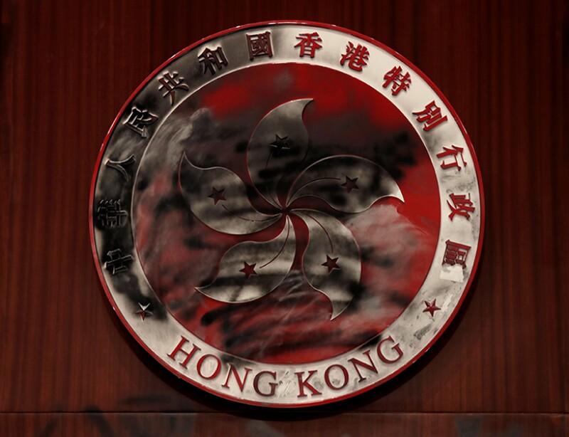 Hong-Kong-regional-emblem-damaged-R-780.jpg