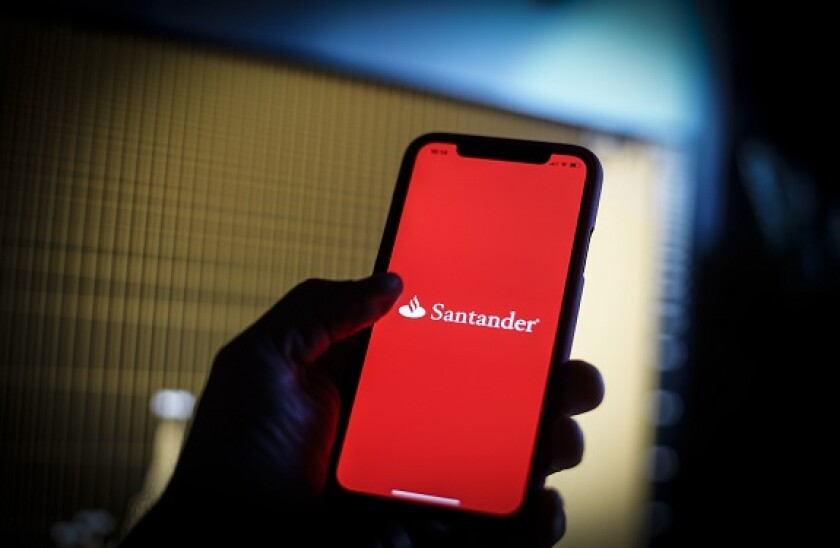 Santander_phone_PA_575x375_290420