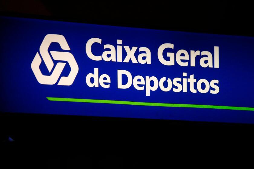 """das Logo der Marke """"Caixa Geral de Depositos"""", Lissabon, Portugal."""