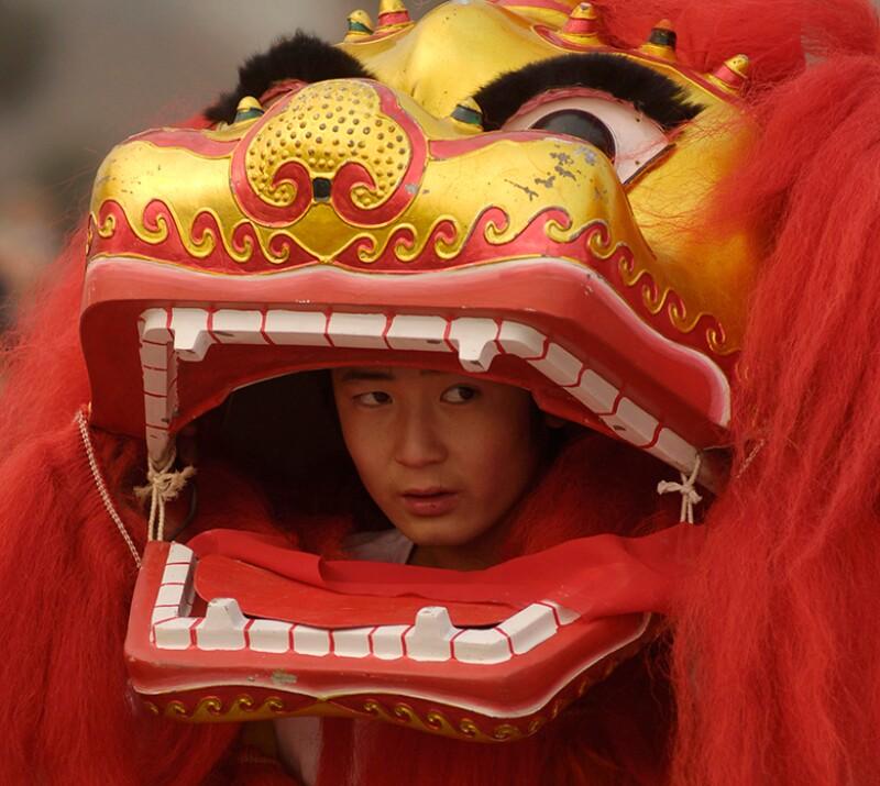 China-lion-dancer-face-peek-R-780.jpg