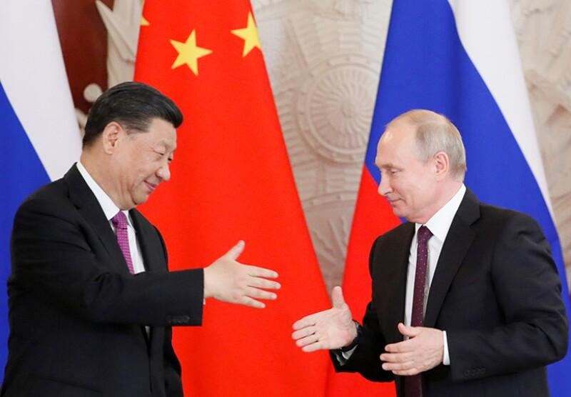 Xi-Jinping-Vladimir-Putin-shake-hands-R-780
