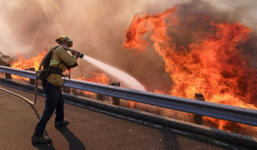 a-firefighter-battles-wildfire-near-a-freeway-in-simi-valley-california-the-united-states-on-nov-12-2018-the-fire-in-southern-california-pa-39680038-web.jpg