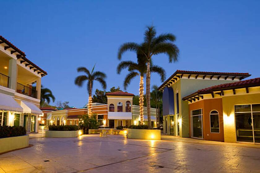 Tropical Strip Mall, Plaza